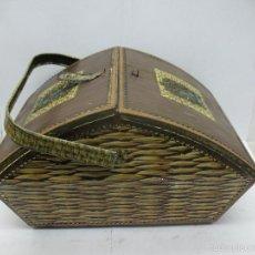 Cajas y cajitas metálicas: VICTORIA - ANTIGUA CAJA METÁLICA CON FORMA DE COSTURERO. Lote 56140579