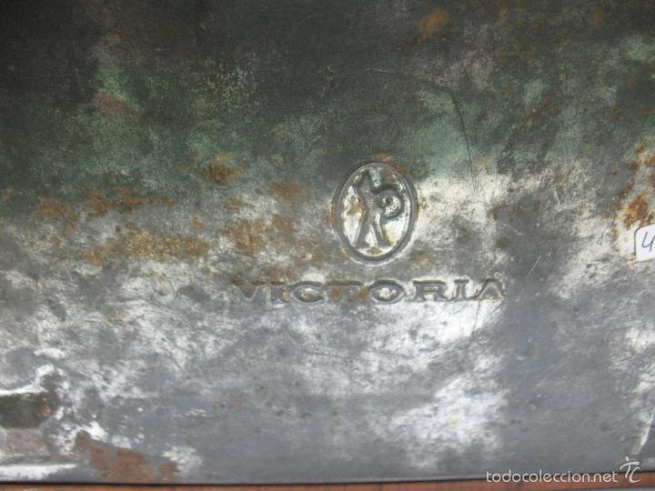 Cajas y cajitas metálicas: VICTORIA - Antigua caja metálica con forma de costurero - Foto 9 - 56140579