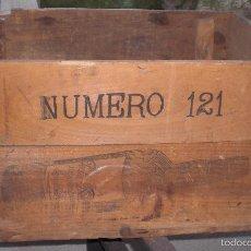 Cajas y cajitas metálicas: VIEJA CAJA PEDRO DOMECQ 121. Lote 58704167