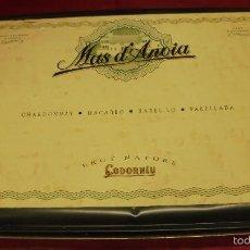 Cajas y cajitas metálicas: ANTIGUA CAJA METALICA. CODORNIU CAVA SANT SADURNI D'ANOIA. CON 4 BOTELLAS DIFERENTES. MAS D'ANOIA.. Lote 59830344