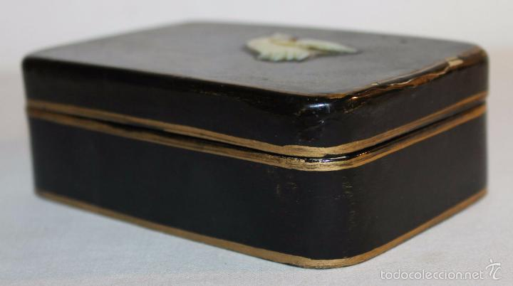 Cajas y cajitas metálicas: CAJA ORIENTAL EN MADERA LACADA CON CISNE DE NÁCAR - PINTADA A MANO - PRINCIPIOS DEL SIGLO XX - Foto 2 - 59861264