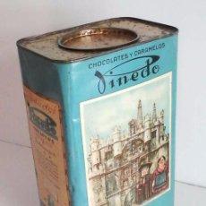 Cajas y cajitas metálicas: ANTIGUA LATA GRANDE DE CHOCOLATES Y CARAMELOS PINEDO, BURGOS. Lote 60338443