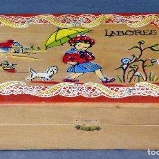Cajas y cajitas metálicas: CAJA COSTURERO LABORES MADERA PINTADA SIN CONTENIDO AÑOS 50. Lote 66126458