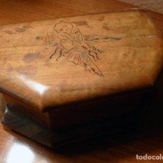 Cajas y cajitas metálicas: ANTIGUA CAJA DE MADERA DE OLIVO CON DIBUJO DE KEWPPIE MONTADO SOBRE MARIPOSA AÑOS 50 DE FORMA BONITA. Lote 195449426