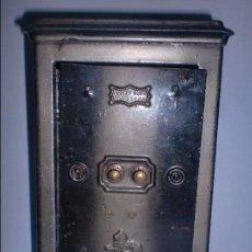 Cajas y cajitas metálicas: ANTIGUA HUCHA METÁLICA. CAJA FUERTE. NO ABRE. 19CM DE ALTO X 12,5CM DE ANCHO X 8CM FONDO. VER FOTOS. Lote 70439905