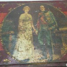 Cajas y cajitas metálicas: CAJA LATA ANTIGUA CON FOTO REYES ALFONSO XIII Y VICTORIA EUGENIA. Lote 71410250