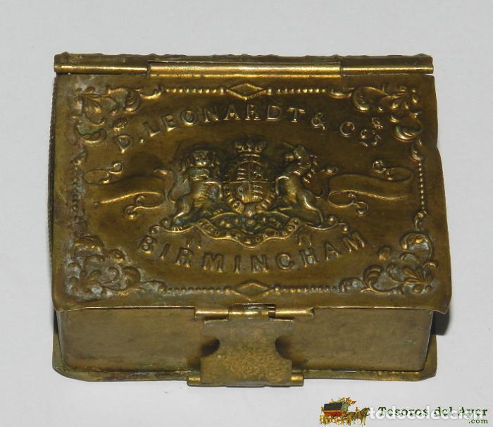 CAJA DE LATÓN TROQUELADO CON FORMA DE LIBRILLO Y CON PUBLICIDAD DE PLUMILLAS DE ESCRITURA D. LEONARD (Coleccionismo - Cajas y Cajitas Metálicas)