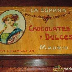 Cajas y cajitas metálicas: ANTIGUA CAJA DE HOJALATA LITOGRAFIADA CON PUBLICIDAD DE LA ESPAÑA - CHOCOLATES Y DULCES - C. SANTA E. Lote 74521987