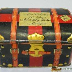 Cajas y cajitas metálicas: ANTIGUA CAJA DE HOJALATA LITOGRAFIADA CON FORMA DE BAUL DE VIAJE, CON PUBLICIDAD DE LA CUBANA, FABRI. Lote 74522203