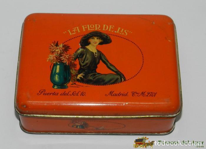 ANTIGUA CAJA MODERNISTA HOJALATA BOMBONES CARAMELOS CONFITERIA LA FLOR DE LIS, MADRID - ILUSTRADA PO (Coleccionismo - Cajas y Cajitas Metálicas)