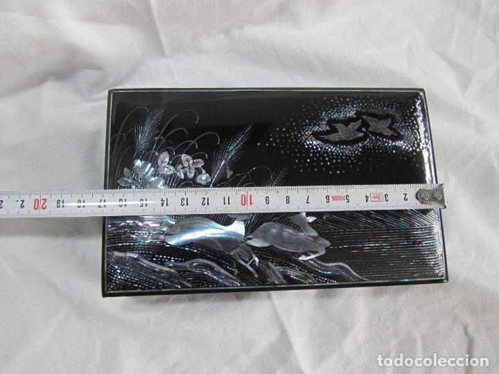 Cajas y cajitas metálicas: Caja de papel maché lacada con incrustaciones de nácar - Foto 2 - 75420223