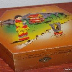 Cajas y cajitas metálicas: CAJA DE MADERA CON ESPEJO - DECORADA CON ESCENA ORIENTAL - JOYERO - COSTURERO. Lote 76072003
