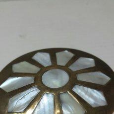 Cajas y cajitas metálicas: CAJITA ANTIGUA BRONCE CON NACAR ENCASTRADO ESTILO ARABE. Lote 76661277