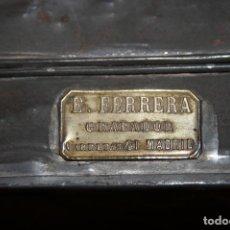 Cajas y cajitas metálicas: ANTIGUA CAJA METÁLICA DEL GRABADOR DE METALES EMILIO FERRERA CALLE CARRETAS DE MADRID.9 X 6 X 11 CM.. Lote 85062052