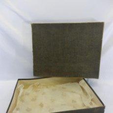 Cajas y cajitas metálicas: ANTIGUA CAJA PELETERÍA Y ARTÍCULOS DE LUJO LOEWE - CARTONÉ - 40X30X9CMS. Lote 86635412