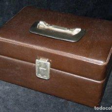 Cajas y cajitas metálicas: PEQUEÑO MALETÍN JOYERO DE SIMIL PIEL, DE COLOR MARRÓN. VINTAGE AÑOS 60. Lote 88784680