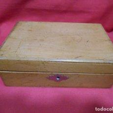 Cajas y cajitas metálicas: ANTIGUA CAJA DE MADERA CON CERRADURA SIN LLAVE. Lote 90754650