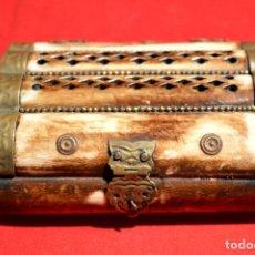 Cajas y cajitas metálicas: ANTIGUA CAJA EN HUESO Y LATON. Lote 92800665
