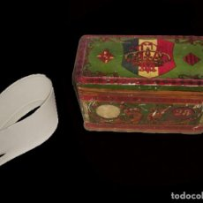 Cajas y cajitas metálicas: ANTIQUÍSIMA CAJA CATALANA DE CONFECCION LLENA DE CUELLOS ANTIGUOS, O PUÑOS , CONFECCIONES VILLADRAU. Lote 27623770