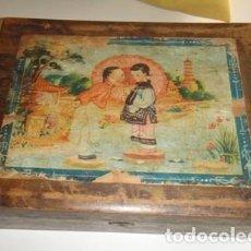 Cajas y cajitas metálicas: ANTIGUA CAJA MADERA CON CERRADURA. MOTIVOS ORIENTALES. Lote 95364395
