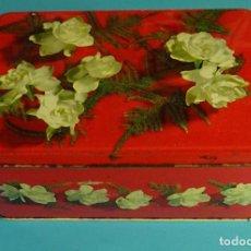 Cajas y cajitas metálicas: CAJA O LATA METÁLICA DE COLA-CAO. FONDO ROJO. FLORES. FORMATO 22 X 14,5 X 9,5 CM. Lote 97782459