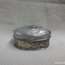 Cajas y cajitas metálicas: CAJA METÁLICA TIPO PASTILLERO JOYERO DECORADO. Lote 99553383