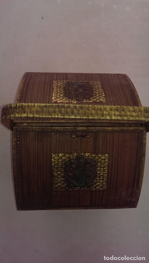 Cajas y cajitas metálicas: antigua Caja metalica tipo cofre o costurero marca Victoria, inglesa - Foto 2 - 100741099