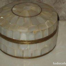 Cajas y cajitas metálicas: CAJA NACAR,MADRE PERLA Y LATON O BRONCE.. Lote 101929847