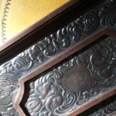 Cajas y cajitas metálicas: CAJA DE MADERA Y REPUJADA EN PLATA POR ARTESANO. Lote 103225759