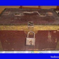 Cajas y cajitas metálicas: ANTIGUA CAJA DE MADERA CON CANDADO Y LLAVE TIENE LOS BORDES REFORZADOS CON METAL COMPARTIMENTADA . Lote 103390635