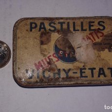 Cajas y cajitas metálicas: ANTIGUA CAJA DE LATA DE FARMACIA. PASTILLES VICHY-ETAT. MUESTRA GRATIS.. Lote 103670659
