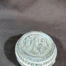 Cajas y cajitas metálicas: ANTIGUA CAJITA METALICA DECORACION LABRADA DE UNA RECOLECTA DE FRUTAS. Lote 104022147