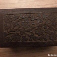 Cajas y cajitas metálicas: ANTIGUA CAJA EN MADERA TALLADA. Lote 109011347