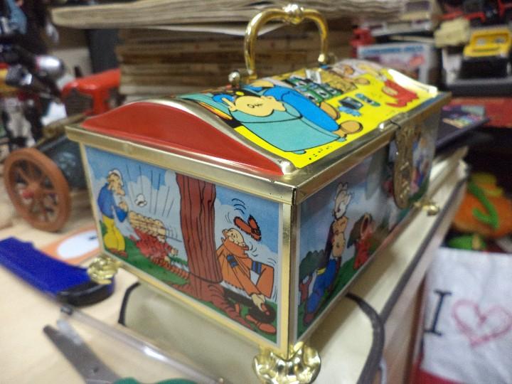 Cajas y cajitas metálicas: Hucha de hojalata serigrafiada con Popeye y amigos.King Features INC.1983. - Foto 3 - 109097499