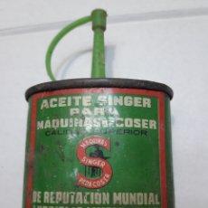 Cajas y cajitas metálicas: LATA ANTIGUA DE ACEITE SINGER SERIGRAFIADA. Lote 110662792