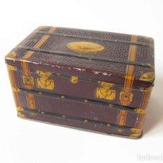 Cajas y cajitas metálicas: CAJA DE HOJALATA LITOGRAFIADA CON FORMA DE BAUL DE VIAJE - ALMENDRAS GARRAPIÑADAS DE ALCALA SALINAS. Lote 111678519