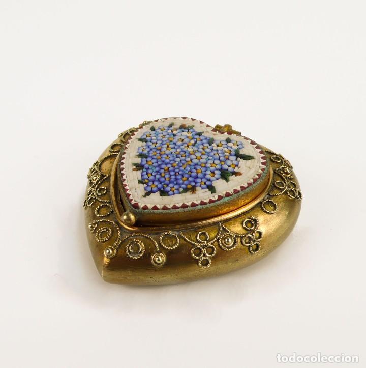 Cajas y cajitas metálicas: Cajita en forma de corazón metal dorado y micro mosaico - Siglo XX - Foto 2 - 111978347