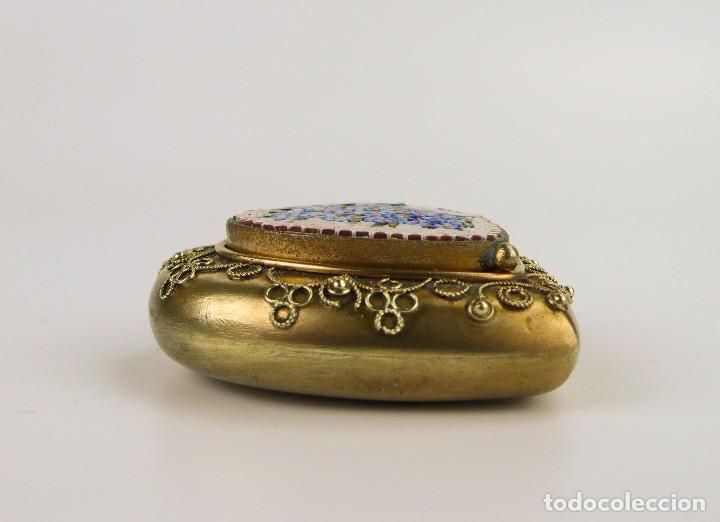 Cajas y cajitas metálicas: Cajita en forma de corazón metal dorado y micro mosaico - Siglo XX - Foto 3 - 111978347