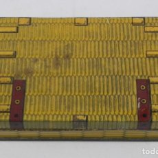 Cajas y cajitas metálicas: ANTIGUA CAJA DE HOJALATA LITOGRAFIADA CON FORMA DE BAUL DE VIAJE, NO TIENE PUBLICIDAD, PONE MODELE D. Lote 114779039