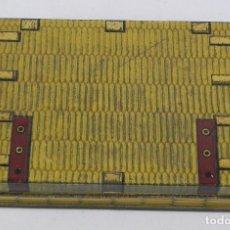 Cajas y cajitas metálicas: ANTIGUA CAJA DE HOJALATA LITOGRAFIADA CON FORMA DE BAUL DE VIAJE, NO TIENE PUBLICIDAD, PONE MODELE D. Lote 114779255