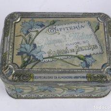 Cajas y cajitas metálicas: ANTIGUA CAJA DE HOJALATA CON PUBLICIDAD DE CONFITERIA DE RAIMUNDO MOLINA, ALCALA DE HENARES, MADRID,. Lote 115777399