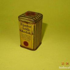 Cajas y cajitas metálicas: ANTIGUA CAJITA EN HOJALATA LITOGRAFIADA DE FIJADOR ÁCIDO DE KODAK - AÑO 1920-30S.. Lote 118954159
