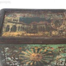Cajas y cajitas metálicas: LATA DE CHAPA LITOGRAFIADA BOMBONS LE SOLEIL - PATIO DE LOS LEONES, DE LA ALHAMBRA DE GRANA. Lote 118979135