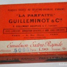 Cajas y cajitas metálicas: ANTIGUA CAJA DE CARTON DE NEGATIVOS DE CRISTAL LA PARFAITE EXPOSICION UNIVERSAL DE 1889. Lote 119237503