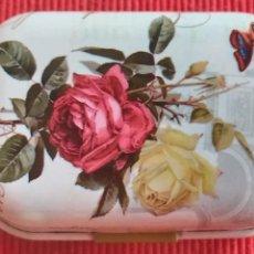 Cajas y cajitas metálicas: CAJITA PASTILLERO. IMAGEN DE RAMO DE FLORES. ROSAS. Lote 121284475