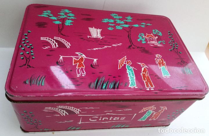 LATA COLA-CAO COLOR GRANATE MOTIVOS CHINOS (Coleccionismo - Cajas y Cajitas Metálicas)