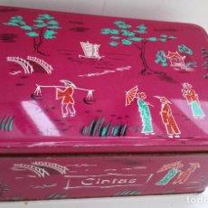 Cajas y cajitas metálicas: LATA COLA-CAO COLOR GRANATE MOTIVOS CHINOS . Lote 121719855
