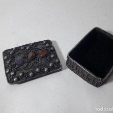 Cajas y cajitas metálicas: CAJA EN METAL CON PIEDRAS, MUY DECORADA , ESTILO ORIENTALISTA. MED. 4X5,5 CM. , BUEN ESTADO. Lote 128659347