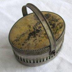 Cajas y cajitas metálicas: CAJITA METÁLICA EN FORMA DE CESTA. VIAJERO CON HATILLO DESCANSANDO. Lote 129384879
