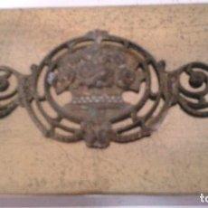 Cajas y cajitas metálicas: CAJA MADERA TAPA BRONCE MODERNISTA. Lote 130076271